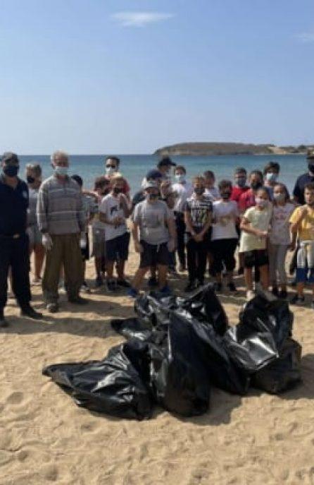 Καθαρισμός της παραλίας στο Μπατσί Άνδρου