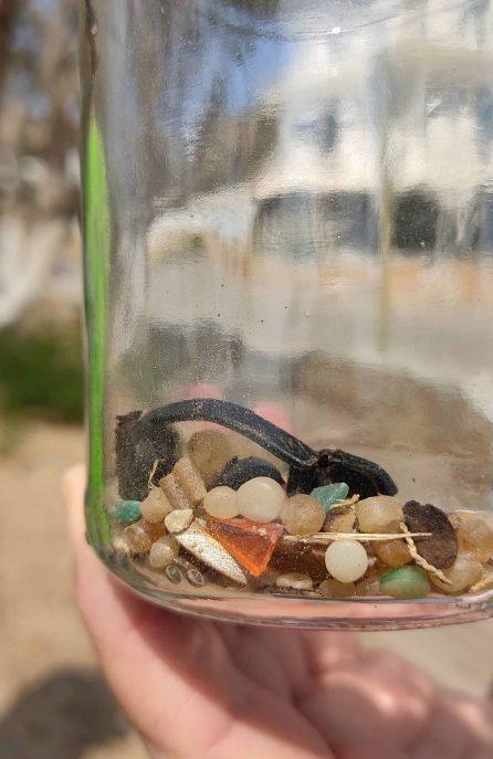 Πλαστικά σφαιρίδια και μικροπλαστικά που συλλέχθηκαν στον καθαρισμό της παραλίας Μπατσίου. Nurdles and microplastics collected during Batsi beach cleanup.